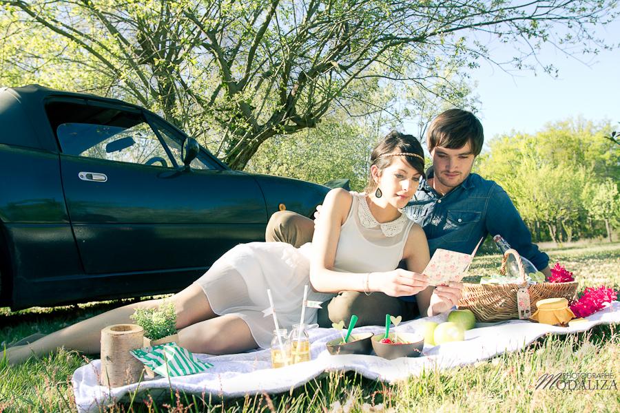 photo love session engagement couple amoureux pic-nique voiture anglaise so british vert pomme coeur fraise jean bordeaux gironde by modaliza photographe-14