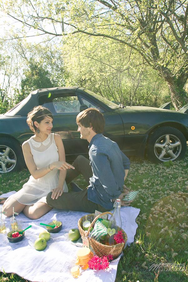 photo love session engagement couple amoureux pic-nique voiture anglaise so british vert pomme coeur fraise jean bordeaux gironde by modaliza photographe-24