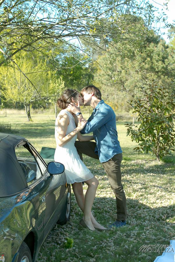 photo love session engagement couple amoureux pic-nique voiture anglaise so british vert pomme coeur fraise jean bordeaux gironde by modaliza photographe-29