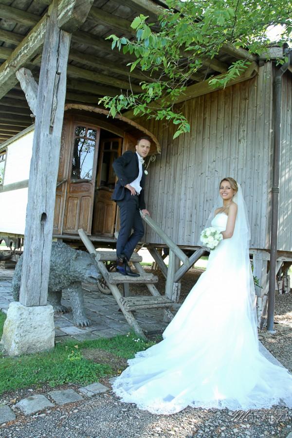photo couple mariés sources de caudalie gironde robe traine dentelle by modaliza-16