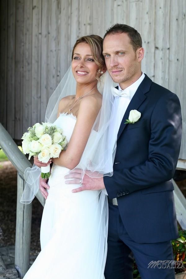 photo couple mariés sources de caudalie gironde robe traine dentelle by modaliza-21