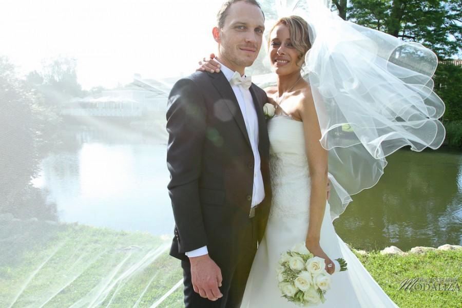 photo couple mariés sources de caudalie gironde robe traine dentelle by modaliza-29