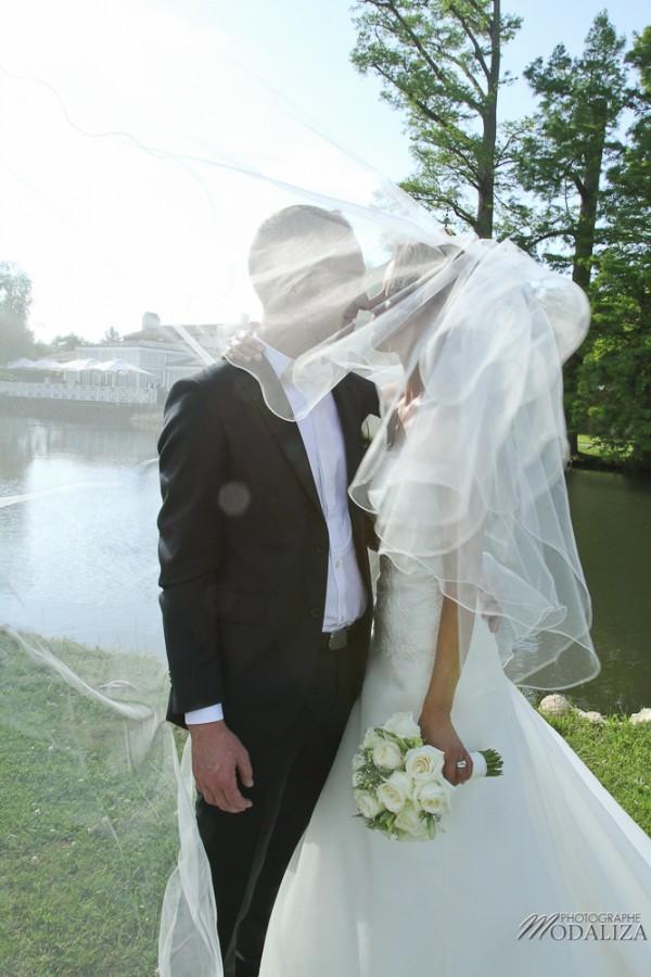 photo couple mariés sources de caudalie gironde robe traine dentelle by modaliza-32
