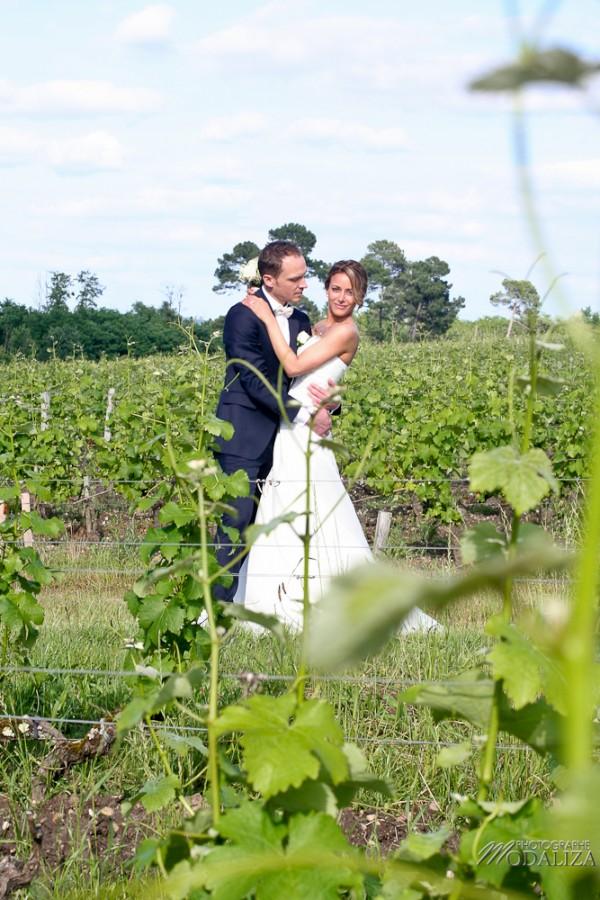 photo couple mariés sources de caudalie gironde robe traine dentelle by modaliza-40
