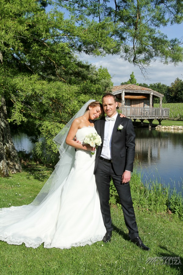 photo couple mariés sources de caudalie gironde robe traine dentelle by modaliza-5