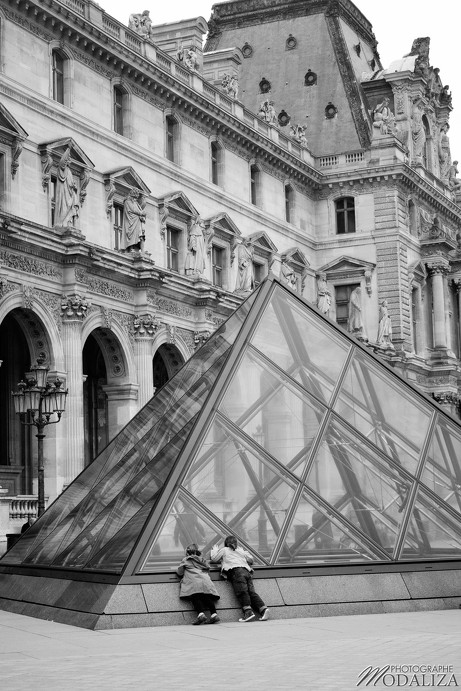 enfants kids in Paris louvre pyramide by modaliza photographe
