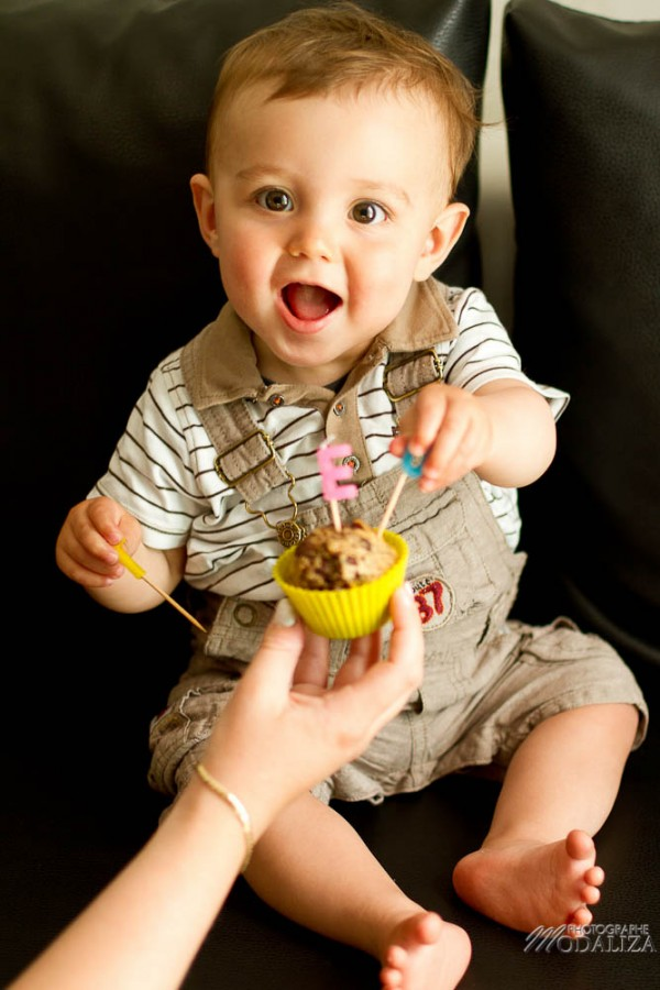 photo bébé garçon mec anniversaire 1 an cake smash teo muffin baby first birthday by modaliza photographe-9507
