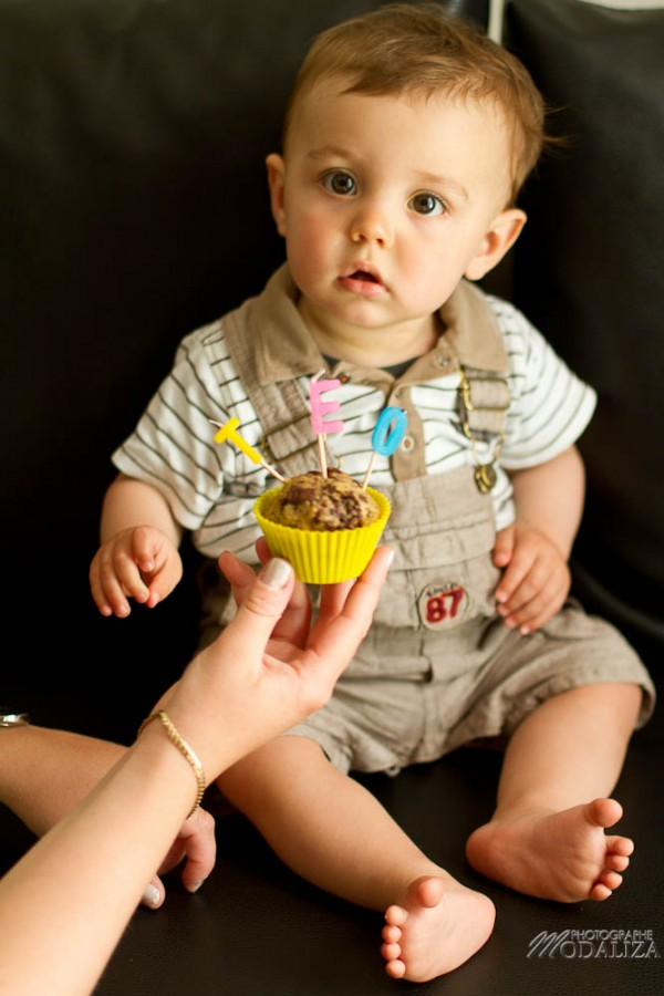 photo bébé garçon mec anniversaire 1 an cake smash teo muffin baby first birthday by modaliza photographe-9521
