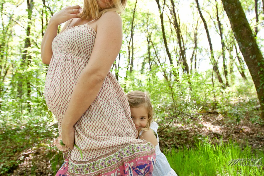 séance photo grossesse en attendant bébé exterieur foret campagne fille grande soeur future maman attend bébé ventre rond bordeaux merignac gironde by modaliza photographe-7368