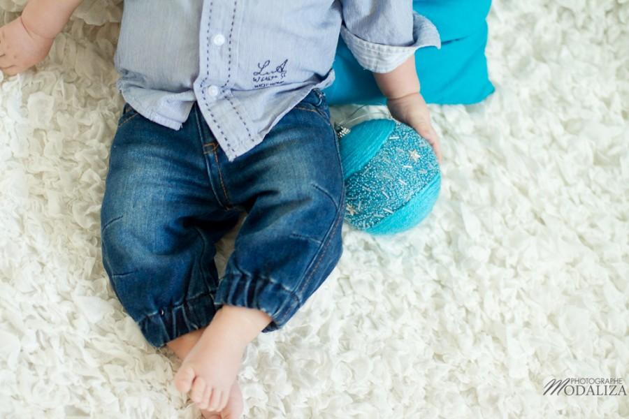 photo bébé baby boy enfant blue jean chemise ikks premiere boule de noel strass christmas by modaliza photographe-1