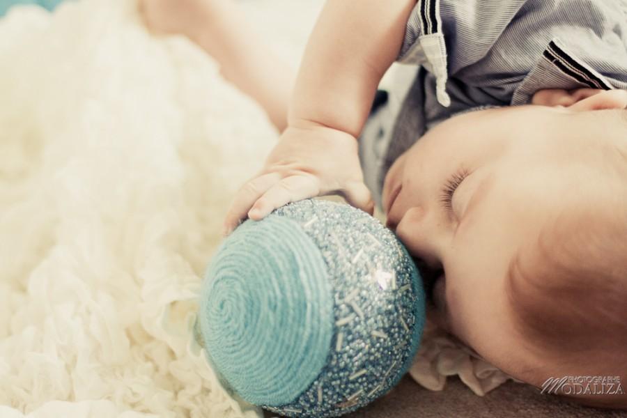 photo bébé baby boy enfant blue jean chemise ikks premiere boule de noel strass christmas by modaliza photographe-12