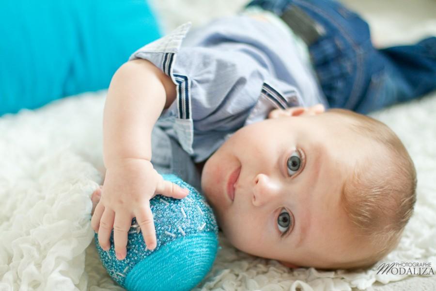 photo bébé baby boy enfant blue jean chemise ikks premiere boule de noel strass christmas by modaliza photographe-16
