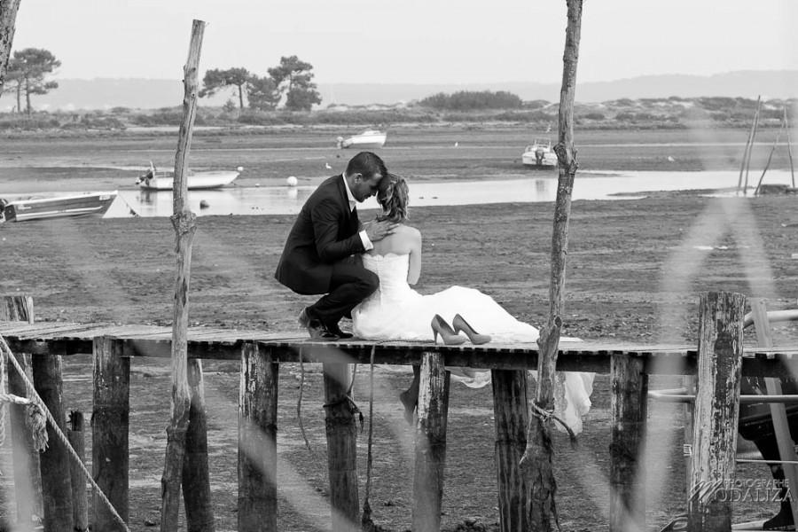 photo couple mariés trash the dress love session cap ferret village pecheur ocean se jeter à l'eau mer vagues chaussures bleu gironde by modaliza photographe-64