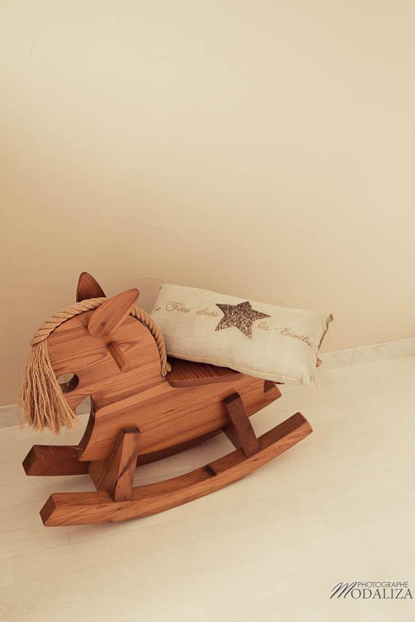 photo bébé garçon mec baby first month chambre nursery cheval bois by modaliza photographe-0044