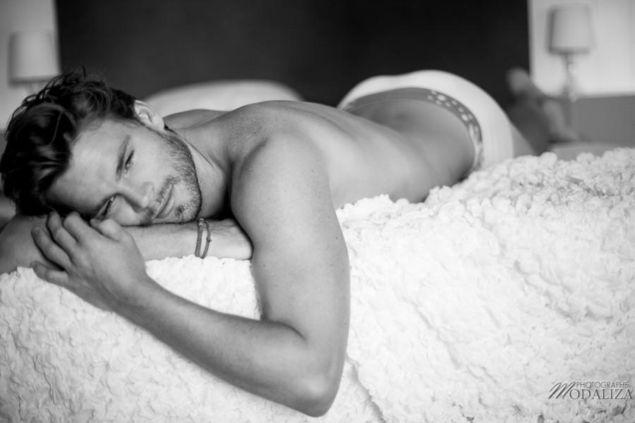 photo portrait fashion man lingerie torse nu mannequin homme blond sexy lifestyle by modaliza photographe-27