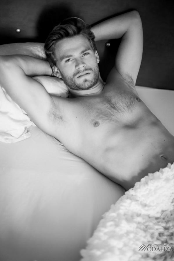 photo portrait fashion man lingerie torse nu mannequin homme blond sexy lifestyle by modaliza photographe-3