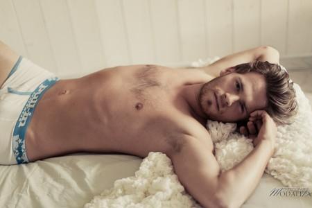 photo portrait fashion man lingerie torse nu mannequin homme blond sexy lifestyle by modaliza photographe-46