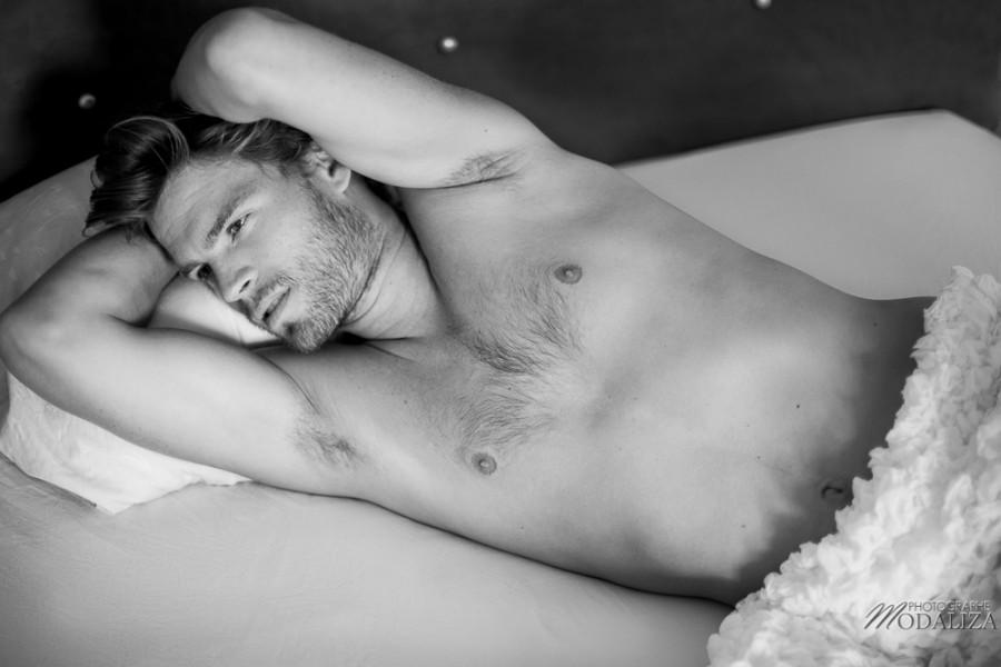 photo portrait fashion man lingerie torse nu mannequin homme blond sexy lifestyle by modaliza photographe-8
