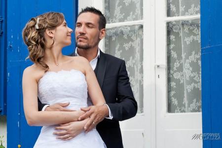 photo couple mariés trash the dress love session cap ferret village pecheur ocean se jeter à l'eau mer vagues chaussures bleu gironde by modaliza photographe-2