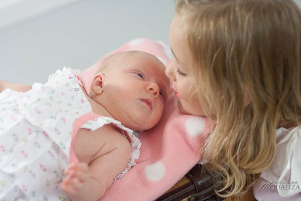 photo baby girl bébé fille rose naissance studio famille grande soeur gironde aquitaine bordeaux by modaliza photographe-129