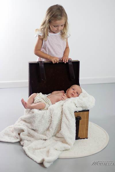 photo baby girl bébé fille rose naissance studio famille grande soeur gironde aquitaine bordeaux by modaliza photographe-86