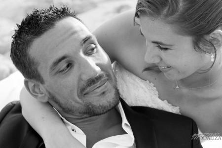 photo couple mariés trash the dress love session cap ferret village pecheur ocean se jeter à l'eau mer vagues chaussures bleu gironde by modaliza photographe-100