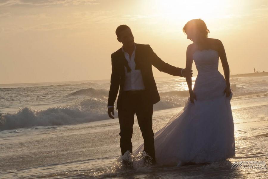 photo couple mariés trash the dress love session cap ferret village pecheur ocean se jeter à l'eau mer vagues chaussures bleu gironde by modaliza photographe-119