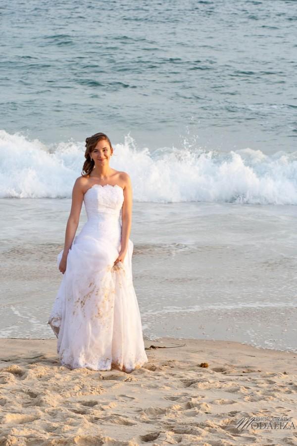 photo couple mariés trash the dress love session cap ferret village pecheur ocean se jeter à l'eau mer vagues chaussures bleu gironde by modaliza photographe-129