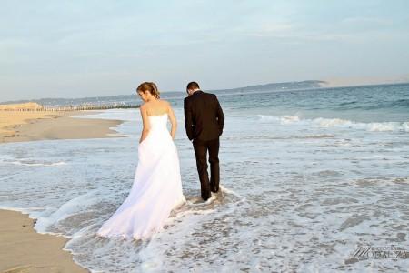 photo couple mariés trash the dress love session cap ferret village pecheur ocean se jeter à l'eau mer vagues chaussures bleu gironde by modaliza photographe-136
