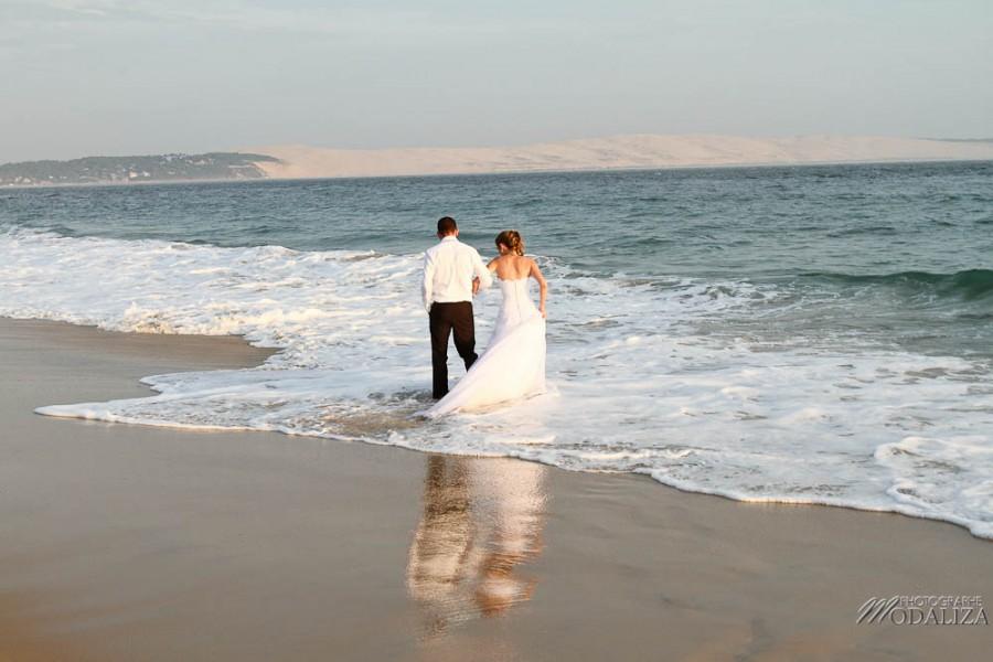 photo couple mariés trash the dress love session cap ferret village pecheur ocean se jeter à l'eau mer vagues chaussures bleu gironde by modaliza photographe-142