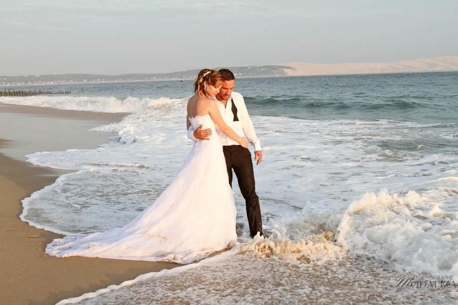 photo couple mariés trash the dress day after cap ferret village pecheur ocean se jeter à l'eau mer vagues chaussures bleu gironde by modaliza photographe-144