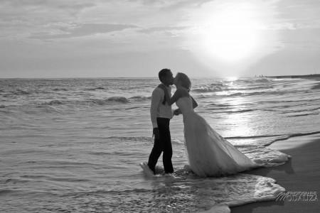 photo couple mariés trash the dress love session cap ferret village pecheur ocean se jeter à l'eau mer vagues chaussures bleu gironde by modaliza photographe-148
