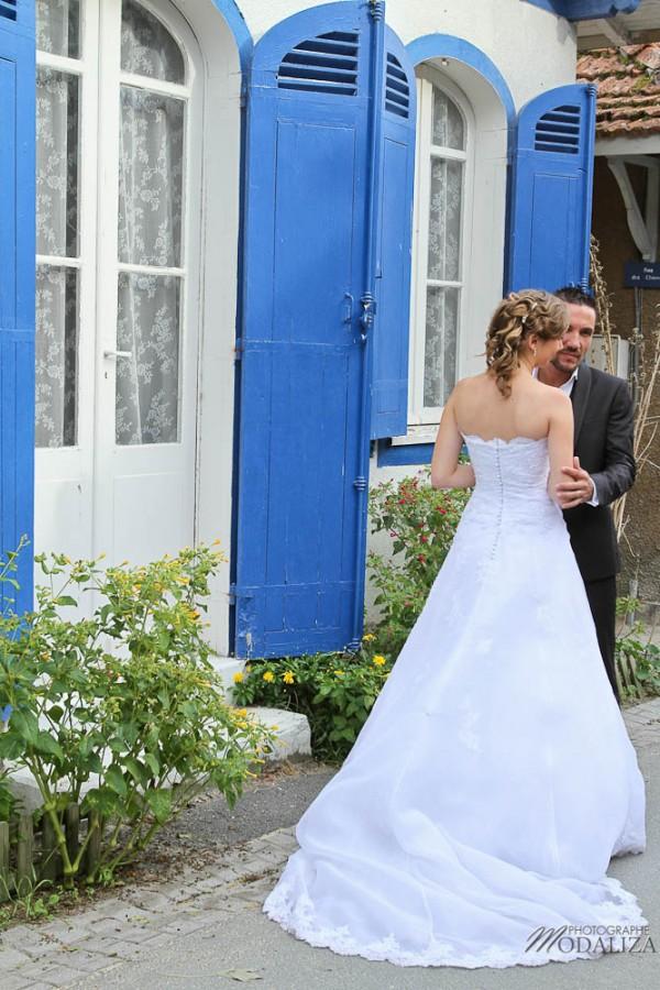 photo couple mariés trash the dress love session cap ferret village pecheur ocean se jeter à l'eau mer vagues chaussures bleu gironde by modaliza photographe-16
