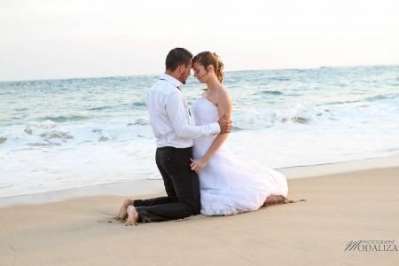 photo couple mariés trash the dress love session cap ferret village pecheur ocean se jeter à l'eau mer vagues chaussures bleu gironde by modaliza photographe-163