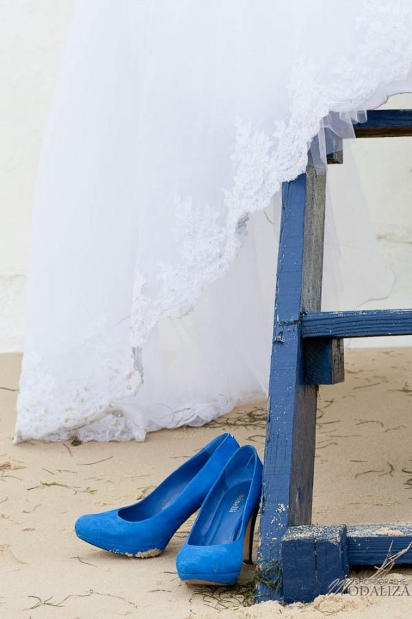photo couple mariés trash the dress love session cap ferret village pecheur ocean se jeter à l'eau mer vagues chaussures bleu gironde by modaliza photographe-18