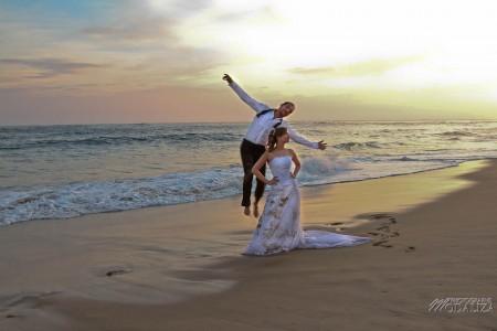 photo couple mariés trash the dress love session cap ferret village pecheur ocean se jeter à l'eau mer vagues chaussures bleu gironde by modaliza photographe-187