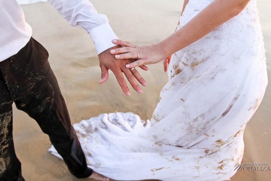 photo couple mariés trash the dress love session cap ferret village pecheur ocean se jeter à l'eau mer vagues chaussures bleu gironde by modaliza photographe-191