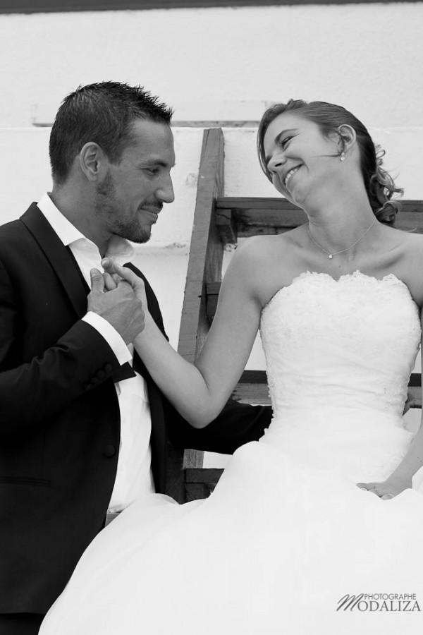 photo couple mariés trash the dress love session cap ferret village pecheur ocean se jeter à l'eau mer vagues chaussures bleu gironde by modaliza photographe-22