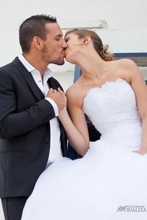 photo couple mariés trash the dress love session cap ferret village pecheur ocean se jeter à l'eau mer vagues chaussures bleu gironde by modaliza photographe-24