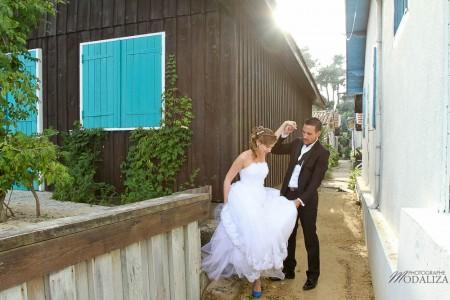 photo couple mariés trash the dress love session cap ferret village pecheur ocean se jeter à l'eau mer vagues chaussures bleu gironde by modaliza photographe-30