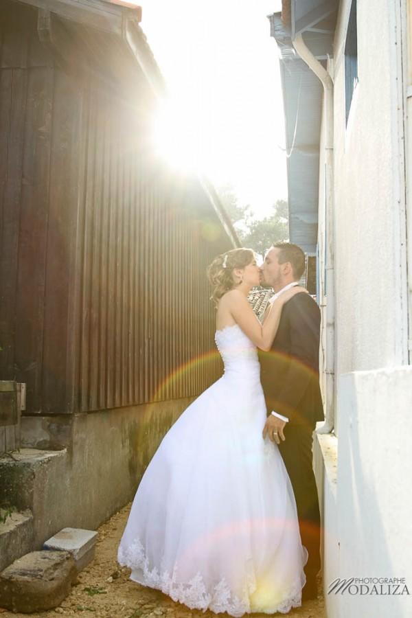 photo couple mariés trash the dress day after cap ferret village pecheur ocean se jeter à l'eau mer vagues chaussures bleu gironde by modaliza photographe-31
