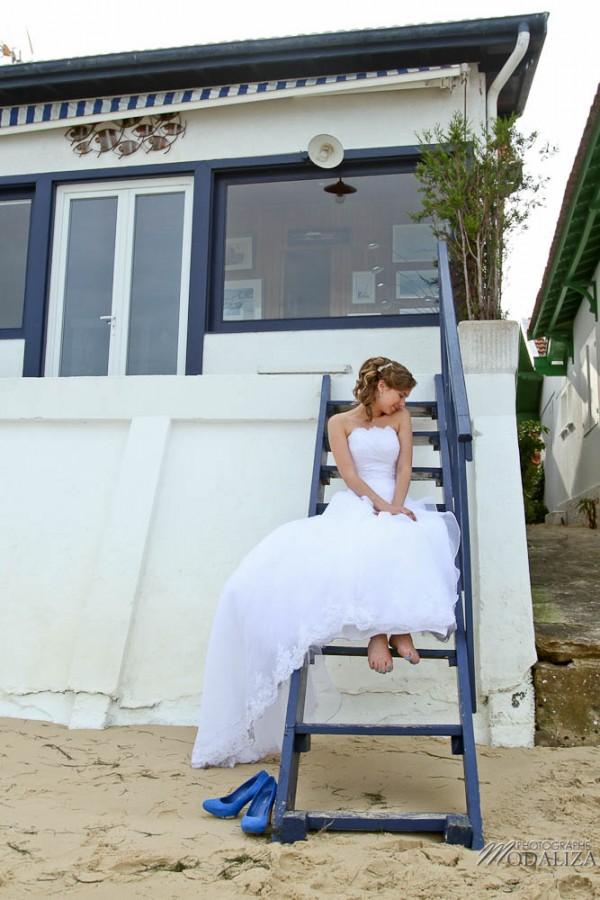 photo couple mariés trash the dress love session cap ferret village pecheur ocean se jeter à l'eau mer vagues chaussures bleu gironde by modaliza photographe-36