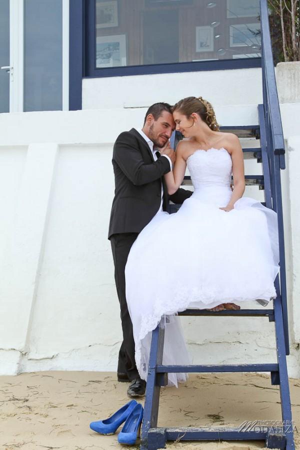 photo couple mariés trash the dress love session cap ferret village pecheur ocean se jeter à l'eau mer vagues chaussures bleu gironde by modaliza photographe-39