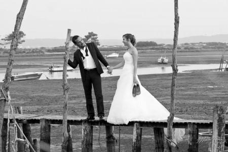 photo couple mariés trash the dress love session cap ferret village pecheur ocean se jeter à l'eau mer vagues chaussures bleu gironde by modaliza photographe-61