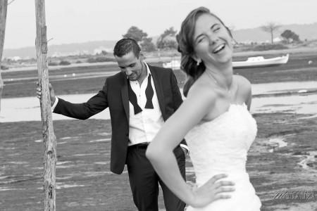photo couple mariés trash the dress love session cap ferret village pecheur ocean se jeter à l'eau mer vagues chaussures bleu gironde by modaliza photographe-68
