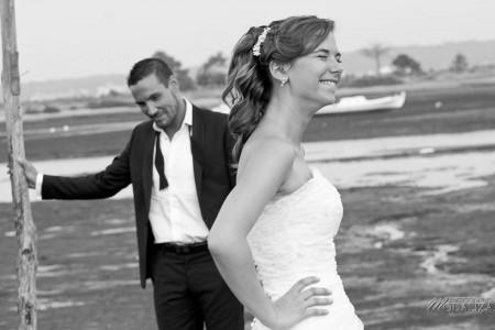 photo couple mariés trash the dress love session cap ferret village pecheur ocean se jeter à l'eau mer vagues chaussures bleu gironde by modaliza photographe-69