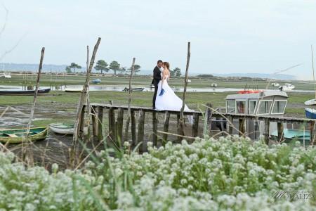 photo couple mariés trash the dress love session cap ferret village pecheur ocean se jeter à l'eau mer vagues chaussures bleu gironde by modaliza photographe-75