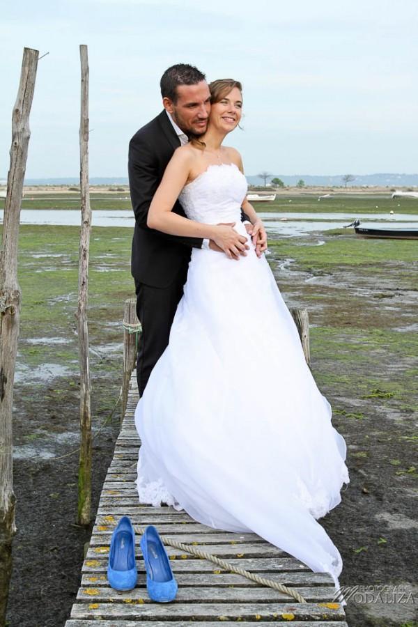 photo couple mariés trash the dress love session cap ferret village pecheur ocean se jeter à l'eau mer vagues chaussures bleu gironde by modaliza photographe-78