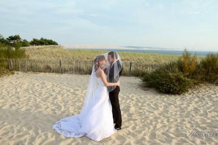 photo couple mariés trash the dress love session cap ferret village pecheur ocean se jeter à l'eau mer vagues chaussures bleu gironde by modaliza photographe-91