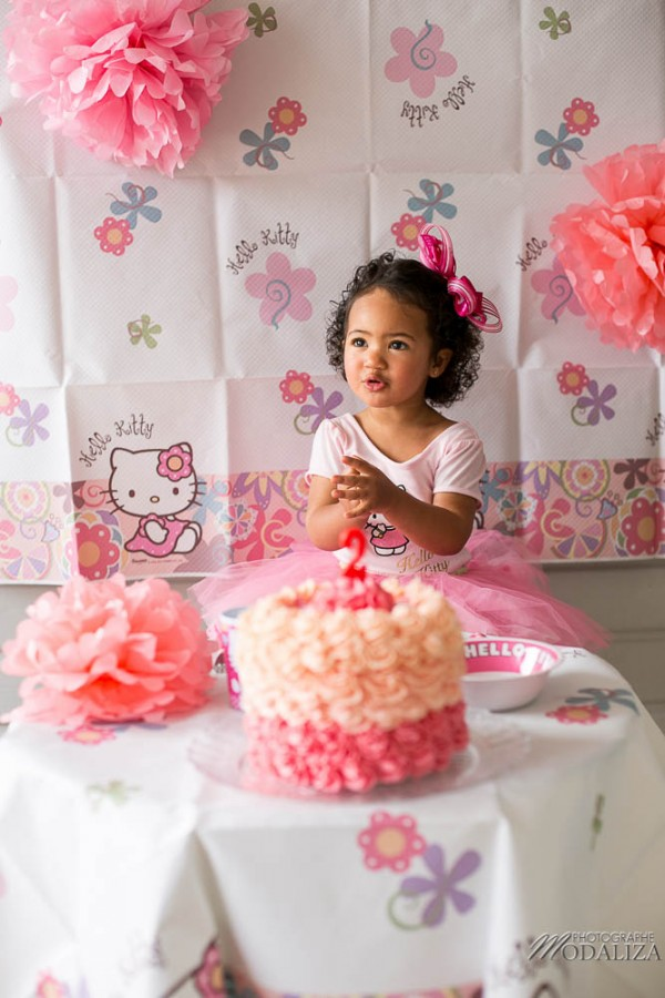 photo girl baby cake smash happy birthday 2 year old anniversaire bébé 2 ans petite fille hello kitty gateau rose pink bordeaux gironde aquitaine by modaliza photographe-32